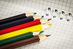 Blocco note a spirale con l'insieme delle matite di colore Immagine Stock Libera da Diritti