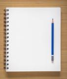 Blocco note a spirale e matita in bianco Fotografie Stock
