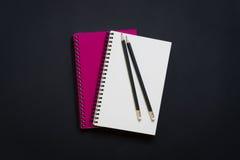 Blocco note a spirale e matita in bianco Immagine Stock