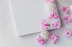 Blocco note su fondo di legno bianco Fiori rosa del giacinto sulla tavola immagine stock