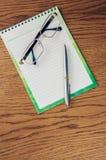 Blocco note sulla tavola Fotografia Stock Libera da Diritti