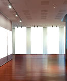 Blocco per grafici in bianco sulla parete alla galleria di arte Fotografie Stock