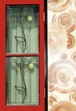 Blocco per grafici di finestra rosso con la parete a spirale marrone fotografie stock libere da diritti