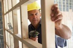 Blocco per grafici di legname della costruzione dell'operaio di costruzione Fotografia Stock Libera da Diritti