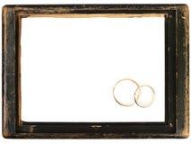 Blocco per grafici di legno dell'annata ed anelli di cerimonia nuziale Fotografia Stock Libera da Diritti