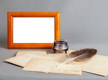 Blocco per grafici di legno, vecchio inchiostro d'argento, penna, vecchie cartoline Immagine Stock