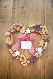 Blocco per grafici Heart-shaped fatto dei biscotti e delle noci per il ch immagine stock