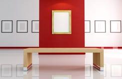 Blocco per grafici vuoto dell'oro sulla parete rossa Fotografia Stock