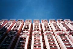 Blocco residenziale a Hong Kong, sotto cielo blu Fotografie Stock Libere da Diritti