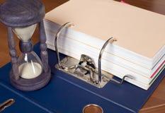 Block der Dokumente mit Sandborduhr Lizenzfreie Stockbilder