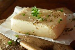 Block der frischen Butter mit Kräutern im Abschluss oben Lizenzfreies Stockbild