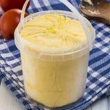 Block der frischen organischen Butter auf einem hölzernen Brett Stockfoto