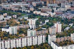 Block der großen modernen Häuser am Herbsttag Lizenzfreies Stockfoto