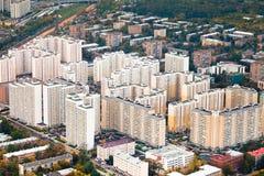 Block der modernen Häuser am Herbsttag Lizenzfreies Stockfoto