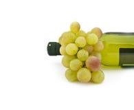 Block der reifen Trauben und der Weinflasche Lizenzfreie Stockfotos