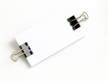 Block der weißen Karten angebracht mit Papierklammer stockbilder