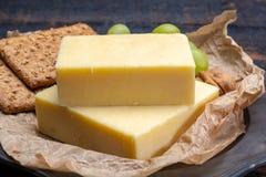 Block des gealterten Cheddar-Käses, die populärste Art des Käses herein Lizenzfreies Stockbild