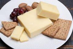 Block des gealterten Cheddar-Käses, die populärste Art des Käses herein Stockbilder