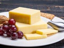 Block des gealterten Cheddar-Käses, die populärste Art des Käses herein Lizenzfreie Stockbilder