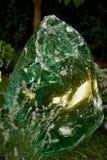 Block des grünen Glases Belichtet durch Licht von hinten Smaragdblumen Stockbilder