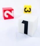 Block des Nummer Eins vor Nummer zwei-Block und Zahl thr Stockbild