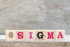 Block im Sigma des Wortes 6 auf hölzernem Hintergrund lizenzfreie stockfotografie