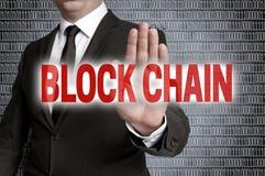 Block-Kette mit Matrix wird vom Geschäftsmann gezeigt Stockfotografie