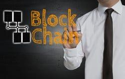 Block-Kette wird vom Geschäftsmann auf Schirm geschrieben Lizenzfreie Stockfotografie