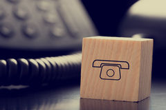 Block mit Grafik des Telefons vor Telefon Stockfotos