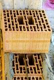Block poroton gesetzt auf einen Bettbewurf auf einem Maurer Stockfotografie