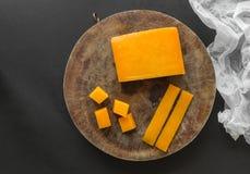 Block, Scheiben und Würfelcheddar-käse Lizenzfreie Stockfotos