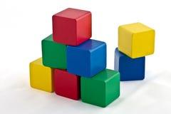 block som bygger den färgrika pyramiden Royaltyfri Fotografi