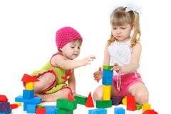block som bygger gulliga flickor som leker två Royaltyfria Bilder
