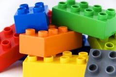 block som bygger lego Arkivfoton