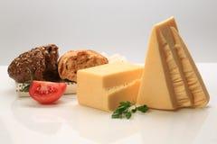 Block und Dreieck schnitten Käse mit einer Scheibe der Tomate Stockfotografie