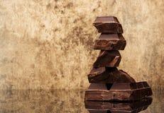 Block- und Stückdunkelheitsschokolade Stockbild