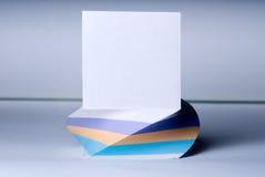 Block von Blättern für Anmerkungen mit einem angehobenen weißen Blatt Lizenzfreie Stockfotografie