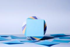 Block von Blättern für Anmerkungen mit einem Leerbeleg des Blaus Lizenzfreie Stockbilder