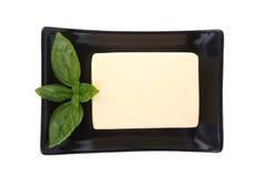 Block von Butter und Minze treiben auf Platte Blätter Lizenzfreies Stockbild