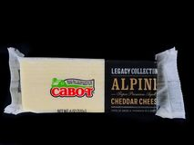 Block von Cabot Alpine Super Premium Aged-Cheddar-Käse Lizenzfreie Stockfotos