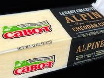 Block von Cabot Alpine Super Premium Aged-Cheddar-Käse Stockbild