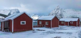 Block von drei traditioneller roter norwegischer Winter-lebenden Häusern Lizenzfreies Stockbild