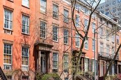 Block von historischen Brownstonegebäuden in Manhattan, New York Ci Stockfotografie