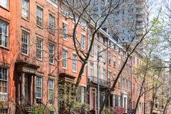 Block von historischen Brownstonegebäuden in Manhattan, New York Ci Stockbilder