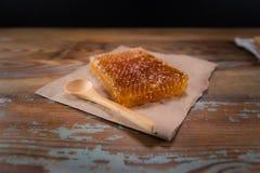 Block von Honey Comb und von Löffel Stockbild