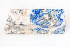 Block von Lazurite-Stein auf Weiß Lizenzfreies Stockfoto