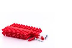 Block von roten rawl Steckern und von zwei Schrauben Stockbild