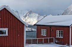 Block von traditionellen roten norwegischen Häusern von Hamnoy-Dorf Lizenzfreie Stockbilder
