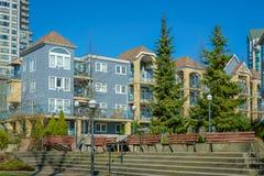 Block von Wohngebäuden mit kleiner Parkzone in der Front Stockbild