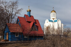Blockaden-Kirche und Magdalene Church in Malaya Okhta. St. Petersburg stockfotografie